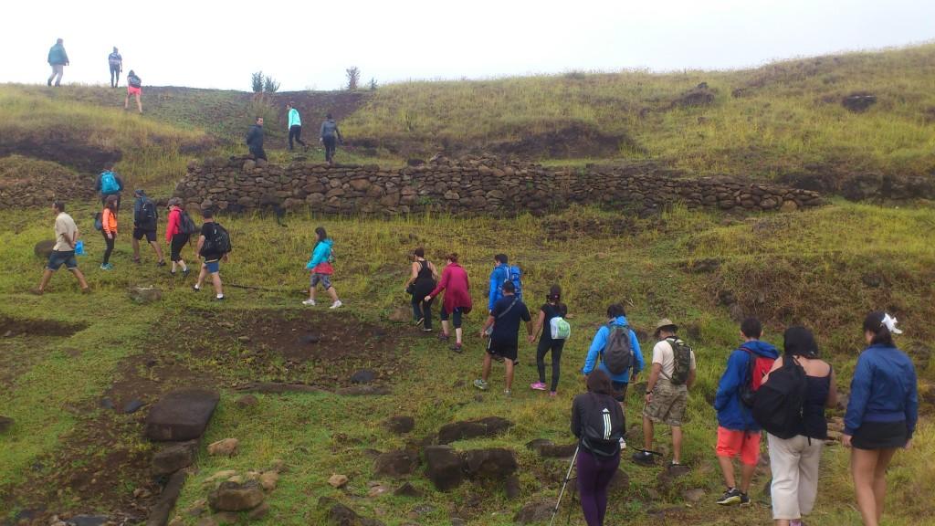 Visitantes suben por  la quebrada de Ava Ranga Uka