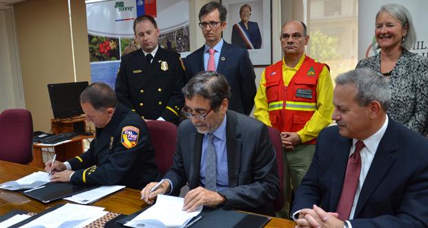 Ken Pimlott, director de Cal Fire; Aarón Cavieres, director ejecutivo de CONAF; y Mark  Ghilarducci, director de la Oficina de Servicios de Emergencia (Cal Oea) de la Gobernación de California.
