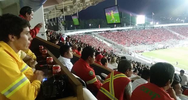 """Como una ocasión """"inolvidable"""" e """"irrepetible"""" calificaron los brigadistas de la Corporación Nacional Forestal la invitación que recibieron de parte de la Asociación Nacional de Fútbol Profesional (ANFP) de presenciar el partido nuestra selección en un lugar privilegiado: uno de los palcos VIP del Estadio Monumental."""