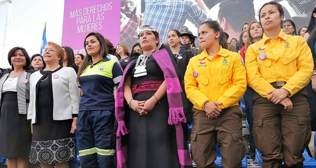 Presidenta de la República Michelle Bachelet reconoció el trabajo de Nataly Labraña y Nicole González, dos brigadistas CONAF.