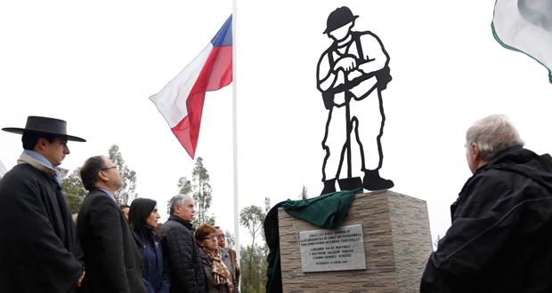 Ministro de Agricultura, Carlos Furche, inauguró un memorial para reconocer la abnegada labor a metros del lugar donde ocurrió la tragedia.