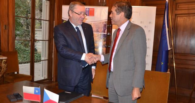El acuerdo, que contempla una inversión de 85 millones por parte del Gobierno checo y de 36 millones por CONAF, fue firmado por el embajador checo en Chile, Josef Rychtar, y el director ejecutivo de CONAF, Aarón Cavieres.