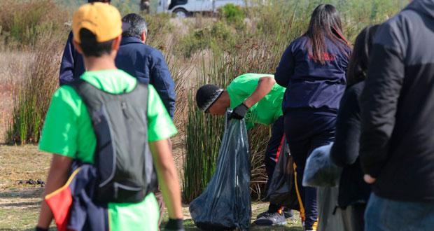 Estudiantes del Liceo Técnico Profesional de Papudo, con el apoyo de guardaparques, realizaron un operativo de limpieza en la reserva nacional.