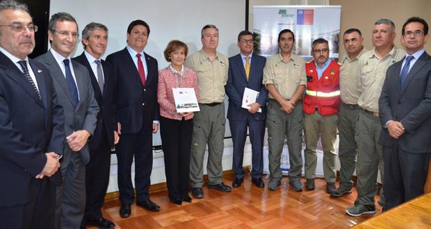 En su reciente visita a Santiago, la viceministra Ribeiro recibió de manos del director ejecutivo de CONAF, José Manuel Rebolledo, el informe técnico en el que se da cuenta de la labor desarrollada por los especialistas chilenos en Portugal.