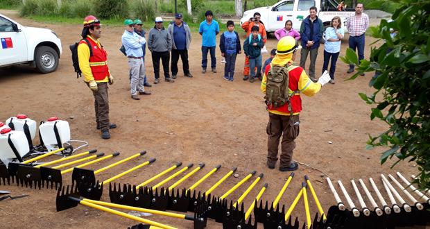 La entrega de rastrillos, pulaski, bombas de espalda y rozones, estuvo precedida de dos años de capacitación.