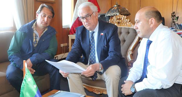 El Intendente de la Región de Los Lagos, Harry Jürgensen, junto al Gobernador de la Provincia de Chiloé y el Director regional de CONAF anunciaron la presentación de la querella criminal.