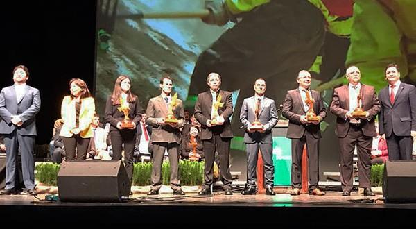 Rodolfo Sosa Zavala, piloto de operaciones aéreas de CONAF, fue distinguido el pasado 27 de agosto como mejor piloto de combate de incendios rurales 2018 durante la premiación que la Corporación de la Madera, CORMA. En su representación acudió su hija, Valentina Sosa.