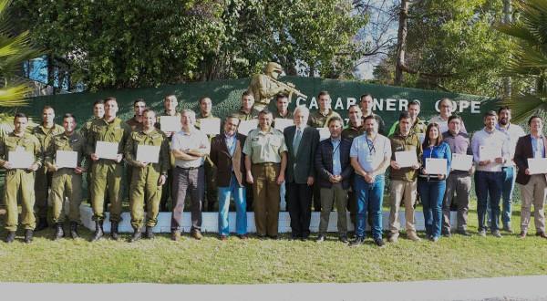Instructores de la Gerencia de Protección contra Incendios Forestales y de la Dirección Regional Metropolitana de CONAF desarrollaron el Curso Básico del Sistema de Comando de Incidentes para 21 funcionarios policiales.